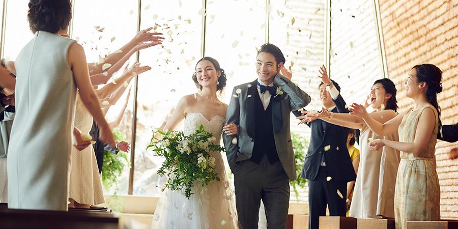 結婚式場で祝福されるお二人