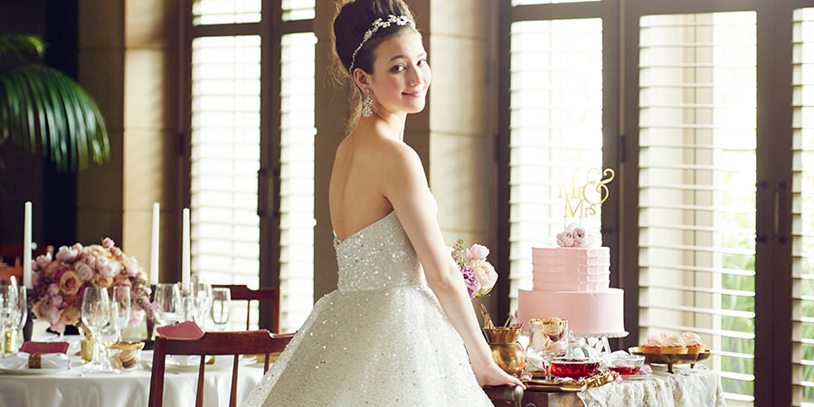 結婚式場でケーキを振る舞う新婦様