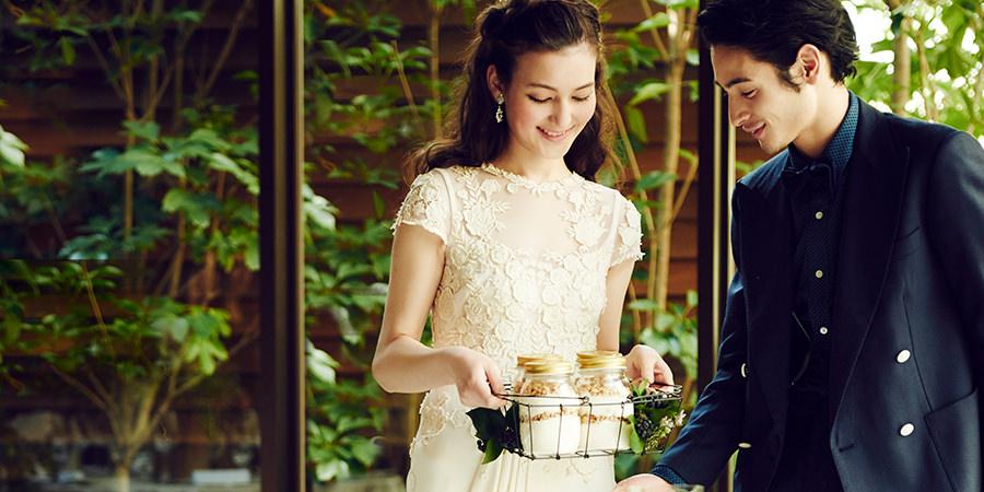 結婚式場でゲストにおもてなしするお二人