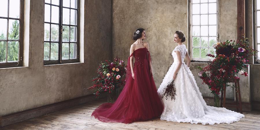 結婚式場でドレス姿で向き合う二人
